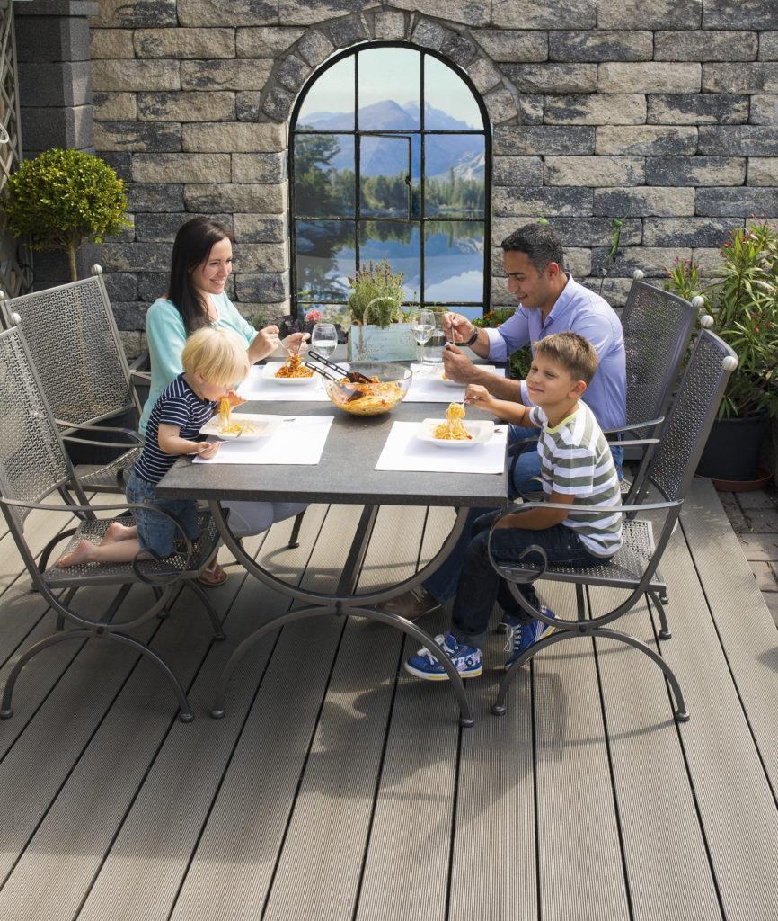 TREND 16x163mm graphit geriffelt – Familie beim Essen